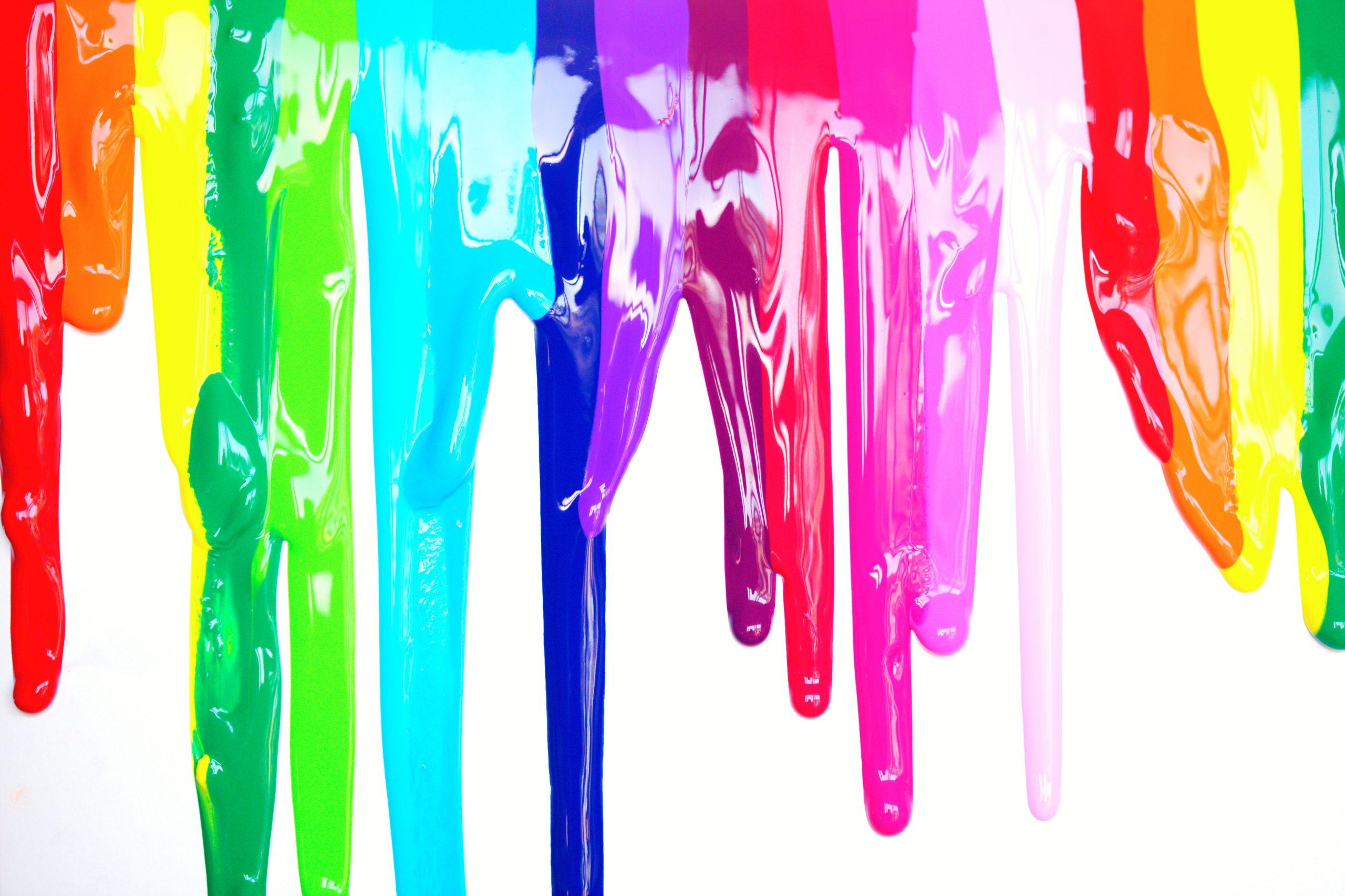 multicolored paint drippings 1212407 1 scaled Welke Muurverf moet ik kiezen? De beste verf en toebehoren voor de scherpste prijs